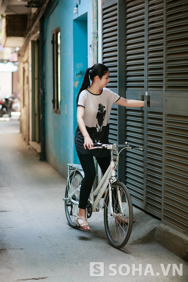 Khoảng 9:30, Ngọc Hân mang xe đạp ra phố. Dù thường xuyên di chuyển bằng ô tô mỗi khi lên sàn diễn, Hoa hậu vẫn khoái nhất việc đạp xe đạp. Đây không chỉ là một cách thư giãn tốt mà còn giúp tôi rèn luyện sức khỏe. Đạp xe cũng giúp tôi nghĩ ra nhiều ý tưởng hay ho cho công việc của mình.