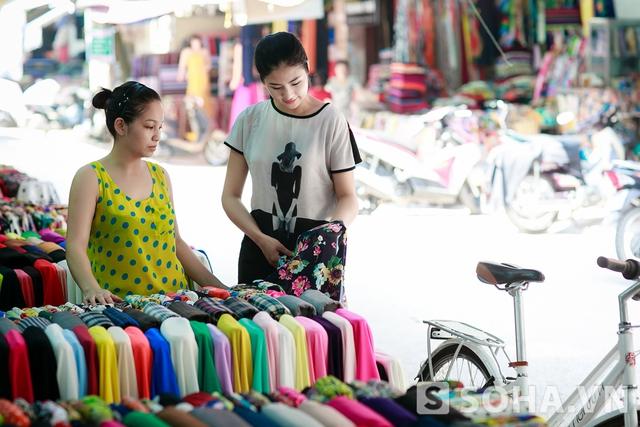 Đam mê thời trang, Ngọc Hân thường rẽ qua các sạp vải để tìm nguồn vải mới cho các bộ sưu tập. Mới đây, Ngọc Hân cũng vừa đánh dấu sự bứt phá khi ra mắt bộ sưu tập Thu Đông đầy cá tính tại Tuần lễ thời trang Việt Nam, cô nhận khen ngợi từ báo chí và giới thời trang.