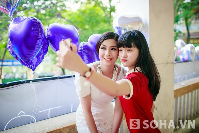 Hoa hậu vui vẻ tham gia các hoạt động trên sân khấu và còn chụp hình tự sướng với các em học sinh lớp 12.