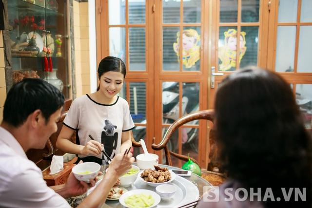 Lúc 19:00, Ngọc Hân cùng bố mẹ thưởng thức bữa tối. Tôi rất coi trọng bữa ăn gia đình và luôn thu xếp thời gian để nấu nướng, trò chuyện cùng bố mẹ.