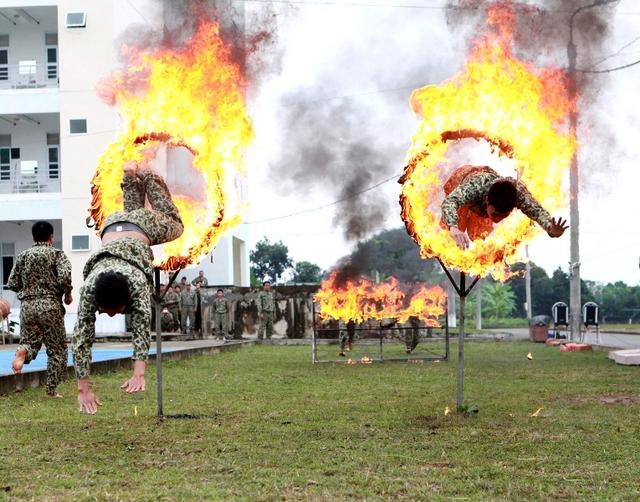 """""""Phi thân"""" qua vòng lửa, lao qua vật cản có kích thước lớn dài, rộng đến hàng mét"""