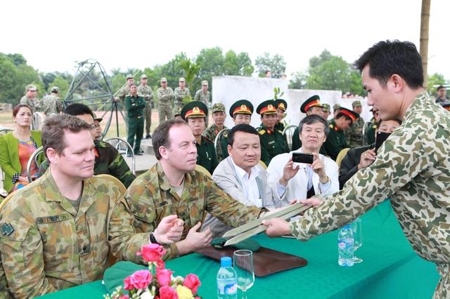 Thậm chí nhiều khách tham quan thuộc Lực lượng đặc biệt của quân đội Australia kiểm tra độ cứng của một thanh sắt phi 14...trước khi một chiến sĩ đặc công vận công quấn thanh sắt như quấn...khăn quanh cổ.