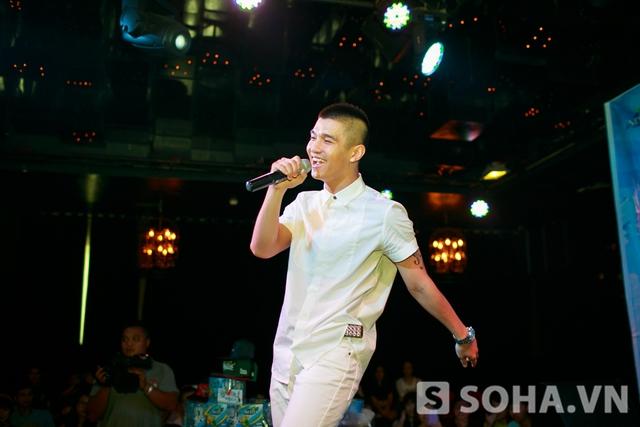 Sau ca khúc Beautiful girl gắn liền với tên tuổi của mình,anh gửi tới các fan hâm mộ sản phẩm mới của mình là Make you mine