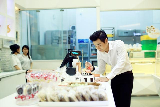Nguyên Khang đã bí mật chuẩn bị chiếc bánh kem sinh nhật để tặng cho bạn dẫn bởi đây cũng là ngày sinh nhật của cô nàng MC xinh đẹp cùng Nguyên Khang dẫn chương trình lần này.