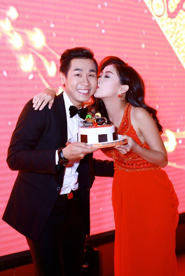 Cô nàng MC xinh đẹp không quên cảm ơn MC Nguyên Khang bằng nụ hôn phía sau cánh gà của chương trình.