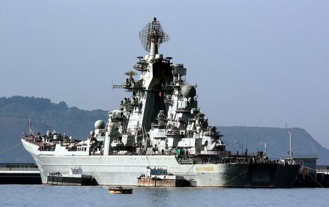 Kirov có chiều dài 252m; rộng 28,5m; lượng giãn nước đầy tải 28.000 tấn. Tàu được trang bị động cơ KN-3 chạy bằng năng lượng hạt nhân cho phép đạt tới tốc độ tối đa 32 hải lý/giờ, tầm hoạt động không giới hạn.