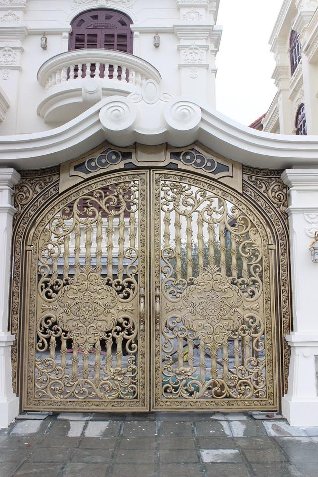 Bộ đôi cửa cổng của tòa biệt thự được chế tác từ thép đặc biệt mạ đồng có già gần 1 tỷ đồng