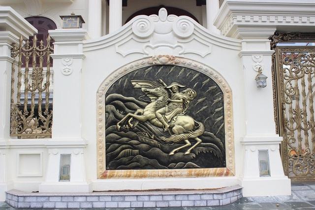 Tường bao xung quanh hai tòa nhà được thiết kế với những bức tranh mạ đồng độc đáo
