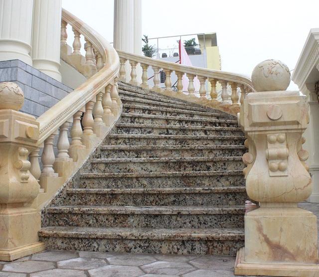 Lan can cầu thang tòa nhà cũng được tạc bằng đá độc nhập khẩu