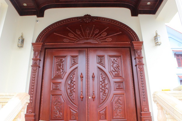 Toàn bộ hệ thống cửa của hai tòa biệt thự được chế tác từ gỗ lim nhập khẩu tử nước ngoài