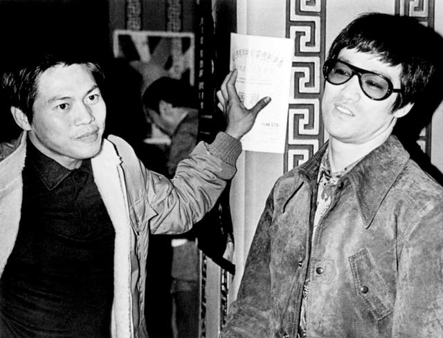 La Liệt (bên trái) chụp ảnh cùng Lý Tiểu Long.
