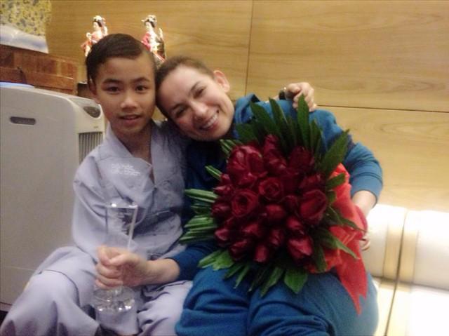 Nữ ca sĩ hạnh phúc bên cậu con nuôi và chiếc Cup Bài hát yêu thích nhất tháng 10.