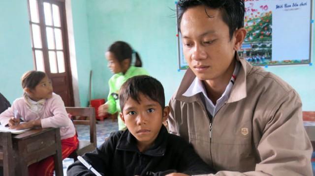 Năm 2013,  anh Hồ Tiến Nam (SN 1988, trú tại bản Yên Hợp) trở thành người Rục đầu tiên ở xã Thượng Hóa, huyện Minh Hóa (Quảng Bình) làm thầy giáo. (Ảnh: Tuổi Trẻ)