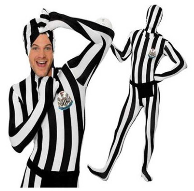 Bộ quần áo khó đỡ cho fan Newcastle