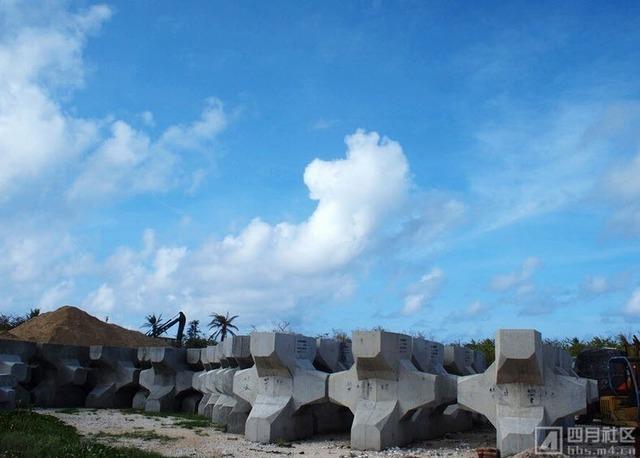 Cọc xi-măng do Trung Quốc đặt trái phép trên đảo Phú Lâm của Việt Nam.