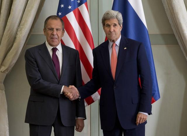 Ngoại trưởng Nga Sergey Lavrov và người đồng nghiệp bên phía Mỹ John Kerry   Ảnh: Reuters