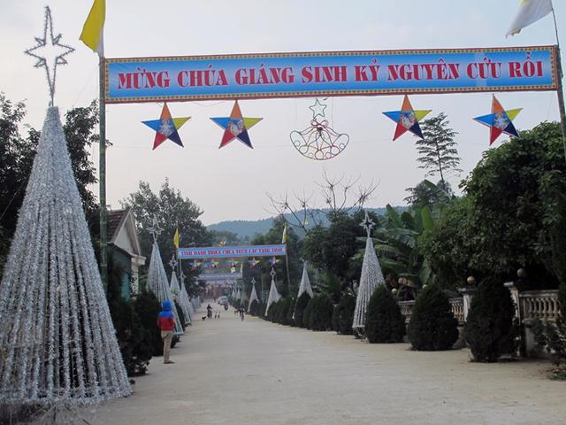 Đường vào nhà thờ Trại Gáo được trang trí lộng lẫy với hàng chục cây thông nhỏ cùng đèn nháy và sao.