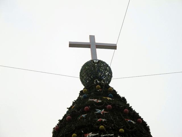 Phía trên cùng của cây thông là quả cầu tròn có gắn đèn nháy và chữ thập.