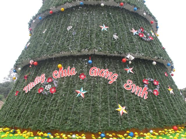 Bên ngoài cây thông được kết lại từ hơn 15000 dây lá thông nhựa với giá khoảng 200 triệu đồng.