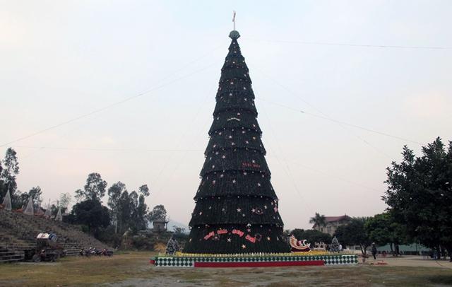 """Được biết, ý tưởng thiết kế cây thông """"siêu khủng"""" này do bác Nguyễn Văn Trị - Trưởng ban hội đồng giáo xứ Mỹ Yên đại diện làm."""