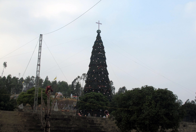 Dự kiến, cây thông siêu khủng này sẽ được dựng lên trong khoảng 10 ngày để mừng mùa giáng sinh mới về và sẽ được tháo dỡ.