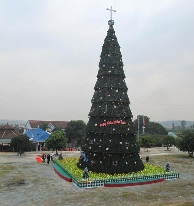 Những ngày này, trên khắp thế giới đang tràn ngập không khí đón mùa giáng sinh mới lại về. Tại Nghệ Axãn, người dân ở các giáo phận, giáo xứ bắt đầu mua sắm, trang trí cây thông để đón mùa Noel mới lại về.