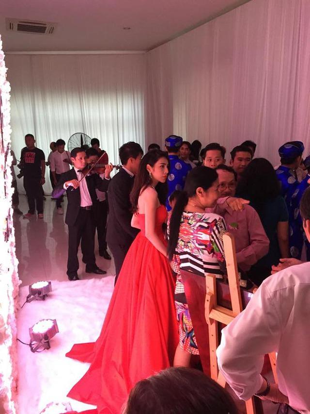 Khác với lễ xin dâu sáng nay, Thủy Tiên mặc váy đỏ để đi chào và gửi lời cảm ơn đến quan khách trong tiệc cưới