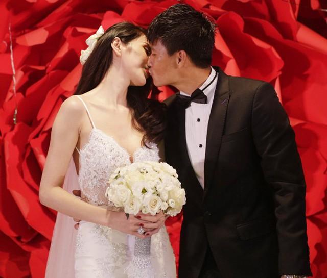 19h: Cặp đôi luôn dành cho nhau những cử chỉ vô cùng thân mật trên sân khấu.
