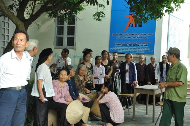 Theo kế hoạch được UBND xã Bột Xuyên thông báo trước đó, nhiều người dân đã có mặt từ sáng sớm để đón và được các bác sỹ trong đoàn từ thiện về khám