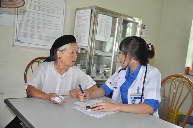 Bác sỹ tư vấn cho người dân đến khám(Ảnh: Tuấn Nam)