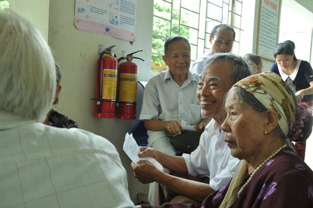 Niềm vui của người dân khi đón đoàn từ thiện