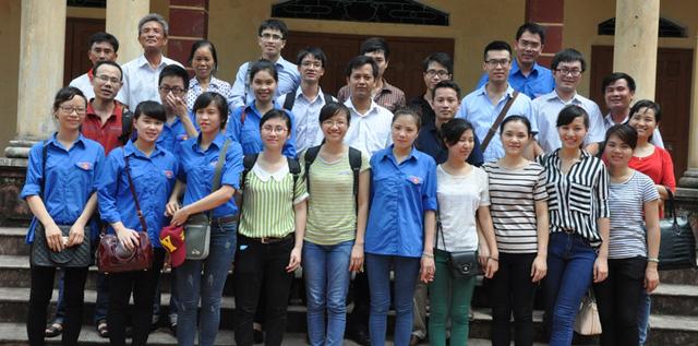 Đoàn từ thiện chụp ảnh lưu niệm tại nhà văn hoá thôn Mỹ Tiên, xã Bột Xuyên, huyện Mỹ Đức, Hà Nội - nơi cách đây 5 tháng, Soha News đã tặng thư viện với nhiều thể loại sách cho người dân