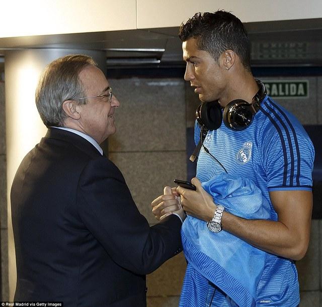 Chủ tịch Perez chờ để nói chuyện với Ronaldo.