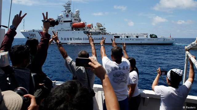 Một tàu tiếp tế của Philippines thoát khỏi sự bao vây và truy đuổi của 2 tàu hải cảnh Trung Quốc ngày 29/3/2014. Ảnh: Reuters