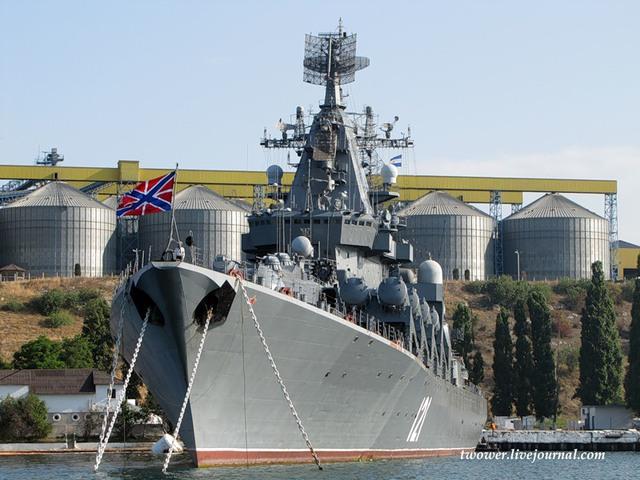 Moskva có chiều dài 186,4m, rộng 20,8m, chiều cao mạn 9,3m, lượng giãn nước 9.380 tấn (tiêu chuẩn), 11.490 tấn (đầy tải). Tàu trang bị 2 động cơ hành trình turbine khí M70 giúp nó đạt được tốc độ tối đa 32 hải lý/giờ, tầm hoạt động 10.000 hải lý, thủy thủ đoàn 480 người.