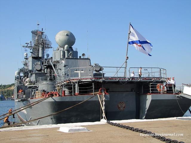 Tàu cũng có sàn đáp và nhà chứa cho 1 trực thăng săn ngầm Ka-27.