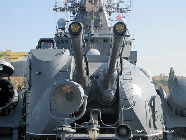 Pháo hạm chính trên tàu là AK-130 2 nòng cỡ 130mm, pháo có tầm bắn tối đa 23km, tốc độ bắn từ 10-40 phát/phút, đầu đạn khối lượng 33,4kg.