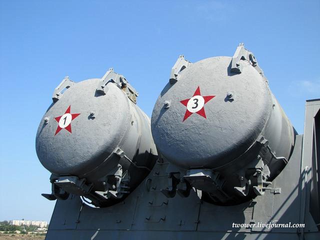 Vũ khí uy lực nhất và khiến các tàu tuần dương lớp Slava nổi tiếng là 16 tên lửa chống hạm Bazalt bố trí dọc 2 bên tàu.