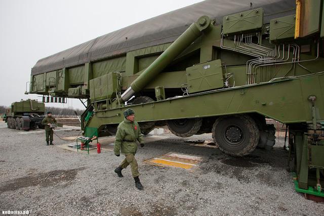 Theo đó, khi được đưa đến vị trí hầm phóng, phần rơ-moóc sẽ được 1 thiết bị đặc biệt nâng dựng đứng và sau đó đưa tên lửa vào hầm phóng.