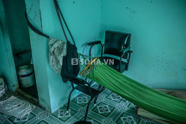 Trong phòng ở của Phùng Ngọc không có vận dụng gì có giá trị cao ngoài chiếc ghế để khách ngồi cắt tóc trị giá 700 nghìn đồng.