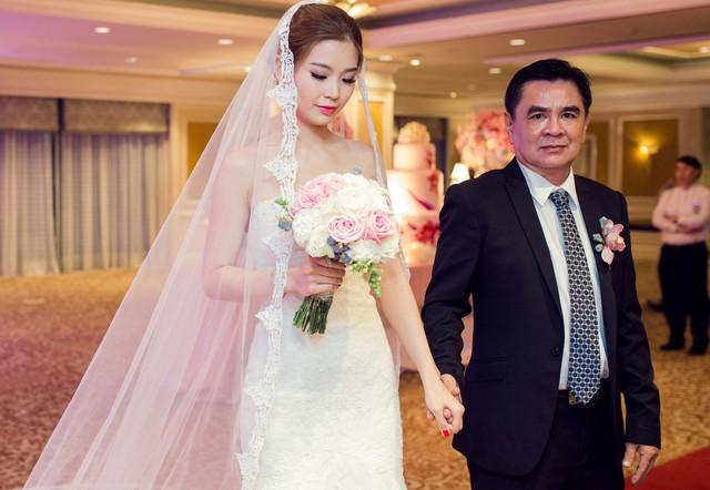 Đúng 18h Á hậu Diễm Trang xuất hiện được bố để đưa vào lễ đường.