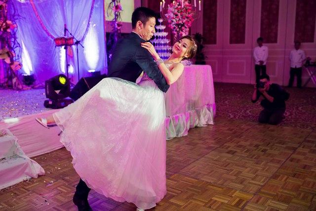 Trong tiệc cưới, ngoài những màn hôn đắm đuối, Diễm Trang và Xuân Du còn thể hiện màn khiêu vũ điệu valse trên nền nhạc lãng mạn.
