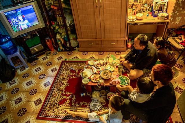 Hình ảnh gia đình ông Nguyễn Bá Tiến đang xem Táo quân 2015. Ảnh Justin Mott/New York Time.