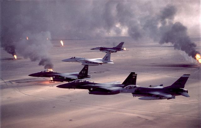 Biên đội các máy bay tiêm kích F-15C, F-15E và F-16A của Liên quân bay trên những giếng dầu đã bị phá hủy của Iraq.