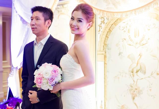 Có mặt cùng với Diễm Trang, chú rể Xuân Du lịch lãm trong bộ suit của thương hiệu Dior.