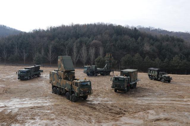 Các cấu phần của tổ hợp tên lửa phòng không tầm trung KM-SAM của Hàn Quốc.