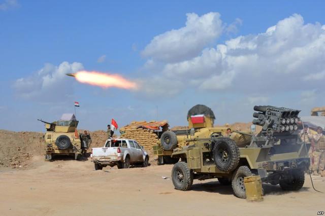 Quân đội chính phủ và dân quân tự vệ phóng rocket nhằm vào một địa điểm trú ẩn của phiến quân Nhà nước Hồi giáo (IS) tại tỉnh Diyala, Iraq.