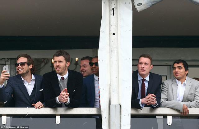Bỏ trận thua Arsenal 1-2 tại FA Cup cho HLV Van Gaal giải quyết, các ngôi sao Man United tới trường đua Cheltenham xem đua ngựa