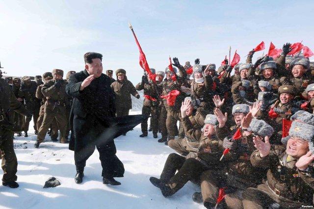 Nhà lãnh đạo Kim Jong Un chào các hoa tiêu của quân đội Triều Tiên trong chuyến thăm tới đỉnh núi Mt. Paektu.