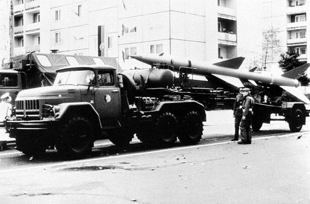 Xe TMZ vận chuyển đạn tên lửa V-750 của hệ thống SA-2 sử dụng đầu kéo ZIL-131